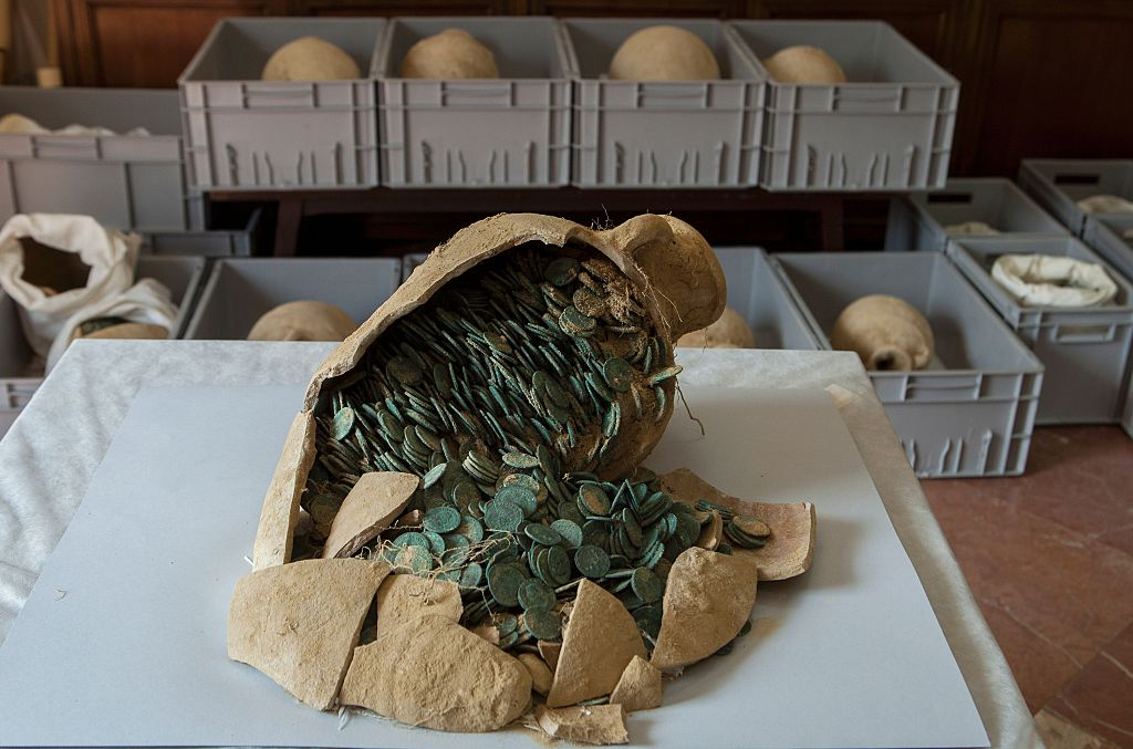 Des ouvriers du bâtiment découvrent par hasard en Espagne 19 urnes remplies de monnaies Romaines.